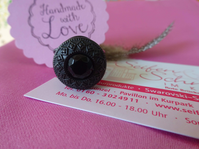 schwarzer Knopfring